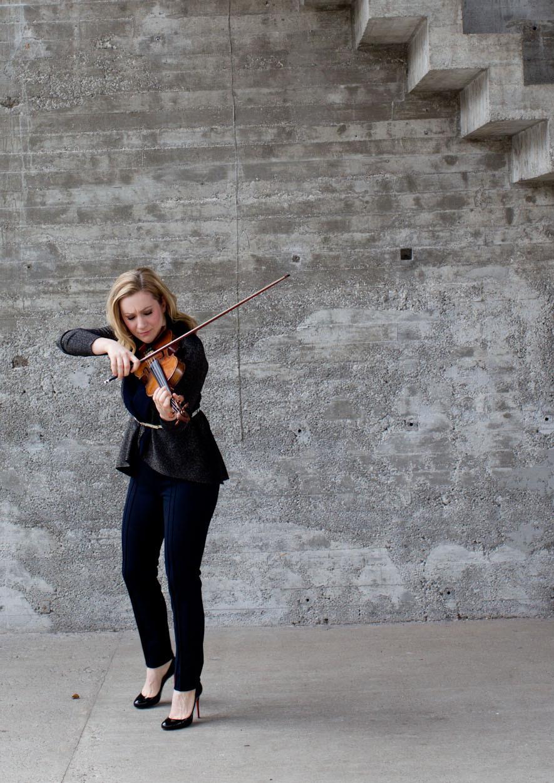 Geigerin Rebekka Hartmann spielt auf der Violine